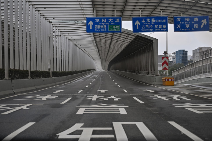 An empty road is seen in Wuhan in China's central Hubei province on January 27, 2020, amid a deadly virus outbreak which began in the city. - China on January 27 extended its biggest national holiday to buy time in the fight against a viral epidemic and neighbouring Mongolia closed its border, after the death toll spiked to 81 despite unprecedented quarantine measures. (Photo by Hector RETAMAL / AFP)